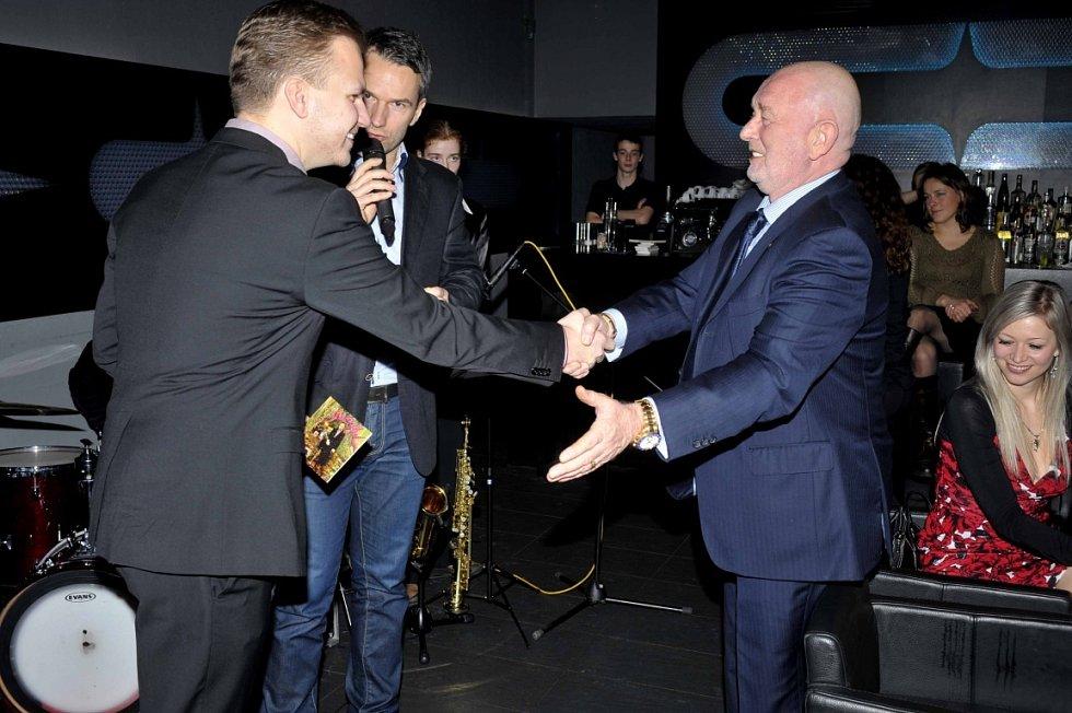 Novou desku zpěváka Martina Chodúra pokřtil v uplynulých dnech podnikatel Aleš Buksa. Na snímku vpravo společně s moderátorem akce Radkem Erbenem.