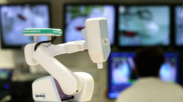 Unikátní roboticky řízený ozařovací přístroj byl na onkologii ostravské fakultní nemocnice uveden do provozu před pěti lety. Dosud jde o jediný přístroj svého druhu v České republice.