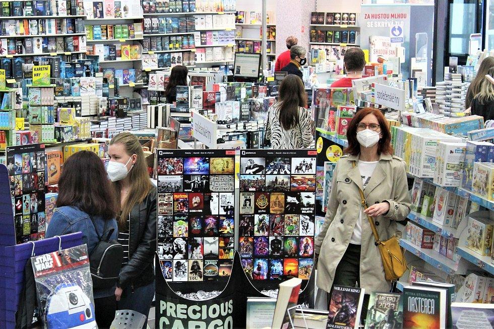 Po týdenním dohadování a jednání kvůli uzavření prodejny nakonec obě strany našly smírčí řešení a Knihy Dobrovský se o víkendu znovu otevřely lidem!