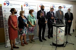 MINISTR zdravotnictví Adam Vojtěch (uprostřed) hovoří na brífinku po jednání na moravskoslezském krajském úřadě.