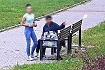 Výtržnice v Ostravě schválně rozhazovaly papírky po okolí.