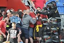 Utkání 26. kola první fotbalové ligy: Baník Ostrava - Sparta Praha, 28. dubna 2018 v Ostravě. Zákrok policie proti fanouškům Sparty Praha.