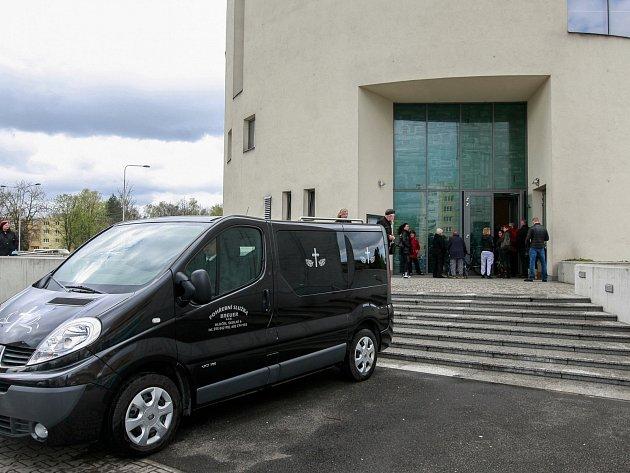 Snímek z pohřbu zavražděné dívky z Polanky nad Odrou v kostele v Ostravě-Zábřehu.
