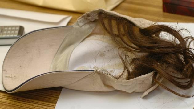 Tuto čepici s parukou z vlastních vlasů používal bezdomovec přepadávající ženy.