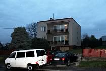 Před domem, kde bydlel muž, jenž má zřejmě na svědomí dva lidské životy, stála až do večerních hodin auta.