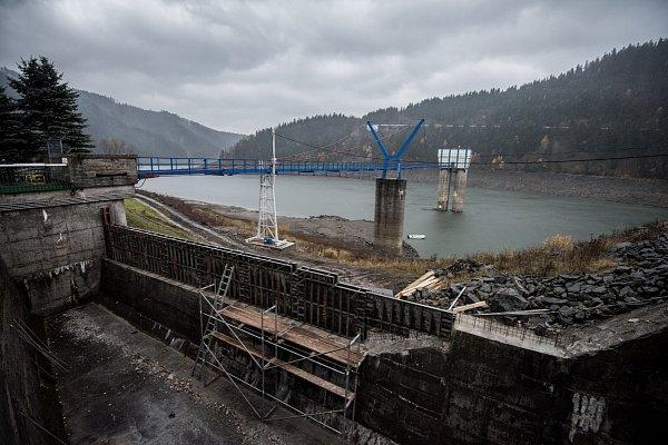 Přehrada Šance, listopad 2015.Kmaximální hladině chybí ve vodní nádrži skoro 20metrů.