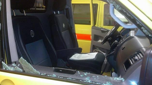 Zloději stačila chvilka k tomu, aby rozbil okno záchranářského vozu a ukradl navigaci.