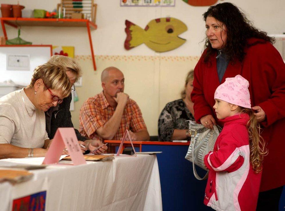 Ilustrační záběry z volebních místností v Ostravě