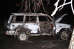 POŽÁR. Pachatelé z místa činu odjeli terénním vozidlem ke Slezskoostravskému hradu. Tam auto odstavili a zapálili.
