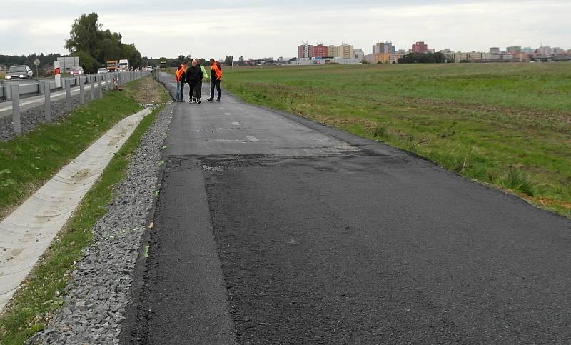 Plzeňská ulice mezi sídlišti Dubina, Bělský Les a předměstími Stará a Nová Bělá, kde se chystá oprava zfušované cyklostezky.