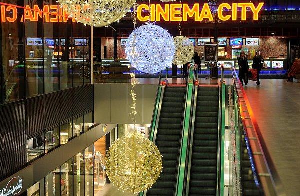 Obchodní centrum Nová Karolina už září vánoční výzdobou.