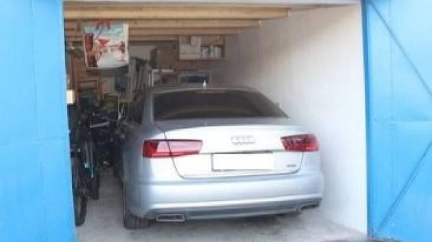 Zajištěné vozidlo Audi A6 v garáži jednoho z pachatelů.