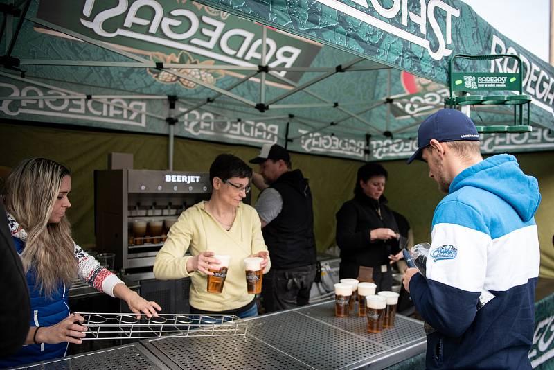 Beerjet v akci. Radegast testoval automatické výčepní zařízení, které zvládne načepovat za minutu třicet piv, v Ostravě na fotbalovém zápase MOL Cupu FC Baník Ostrava - FC Slovan Liberec 3. dubna 2019.