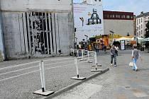 Pozemek po zbourané květinové síni obsadili bez povolení stánkaři. Město je ale na popud centrálního obvodu vyhnalo a plochu v rohu Masarykova náměstí ohradilo.