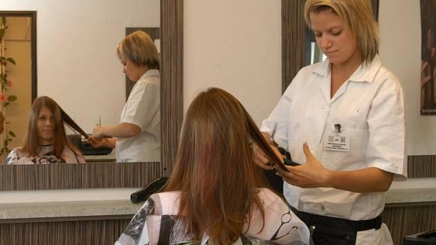 Tento útulný kadeřnický a kosmetický salon včera otevřela v Mariánských Horách Střední škola hotelnictví, gastronomie a služeb v Šilheřovicích.