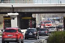 Rekonstrukce železničního mostu. Ve špičce se v Místecké ulici tvoří až kilometrové kolony.