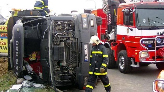 Jedna z letošních hrozivě vypadajících nehod se stala v Ostravě-Porubě, kde se na křižovatce převrátil nákladní vůz převážející zeminu