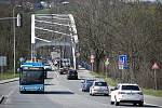 Frekventovaný most čeká několikaměsíční rekonstrukce. Lidé na objízdných trasách neskrývají své obavy. Duben 2021.