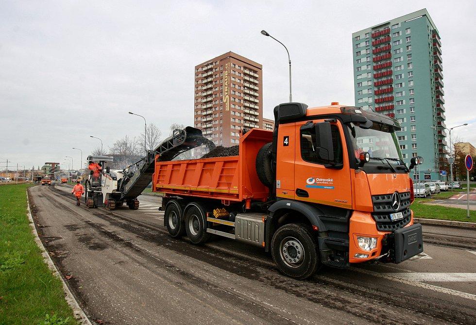 Uzavírka ulice Horní v Ostravě-Jihu, frézování a pokládka nového asfaltového povrchu. Ilustrační foto.