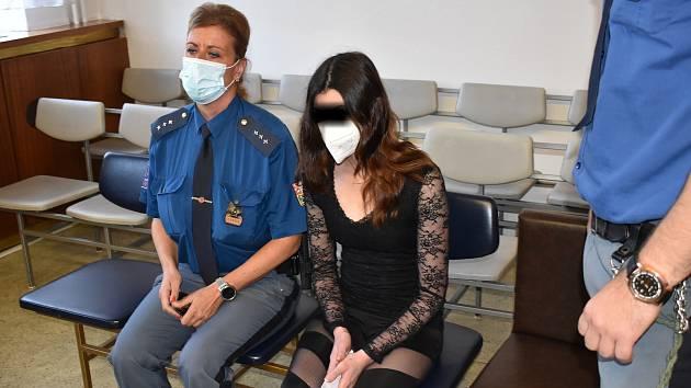 Žena u soudu uvedla, že se jen bránila.