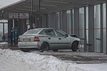 Pondělní sněhová nadílka zastihla řidiče na mnoha místech kraje nepřipravené. Takto zaparkovalo auto v Ostravě-Svinově.
