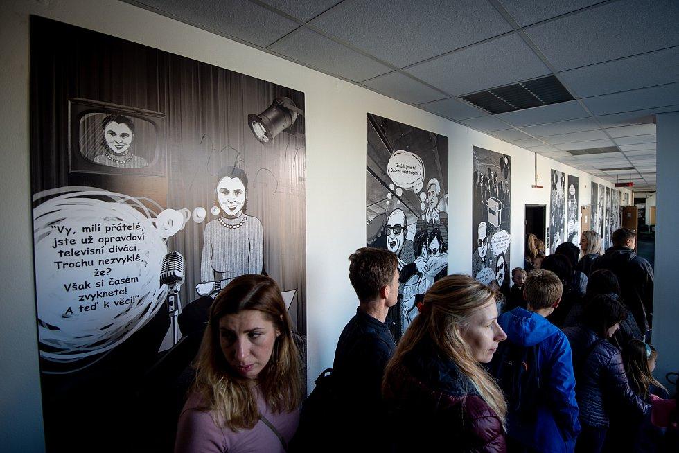 OSTRAVSKÉ STUDIO České televize otevřelo lidem svou náruč. Zatímco někteří jen zírali u zvukařů, v režii či střižně, jiní se ostošest fotili ve studiích, kde vznikají jejich oblíbené pořady.