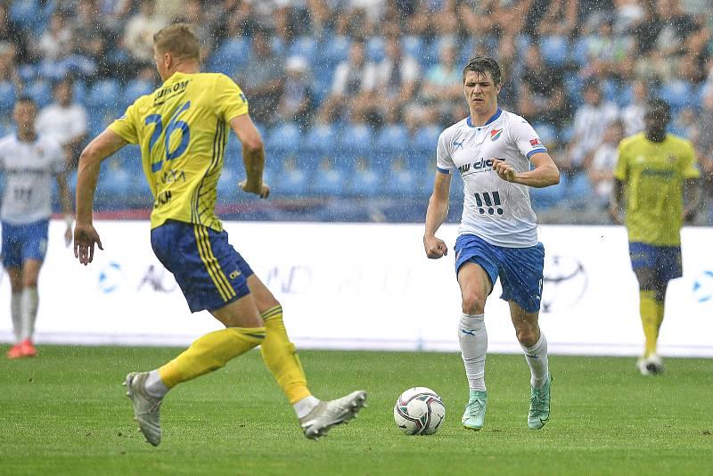 Utkání 2. kola první fotbalové ligy: Baník Ostrava - Fastav Zlín, 1. srpna 2021 v Ostravě. (zleva) Václav Procházka ze Zlína a David Buchta z Ostravy.