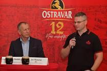 Rektor se sládkem oznamují na půdě pivovaru podpis memoranda o spolupráci