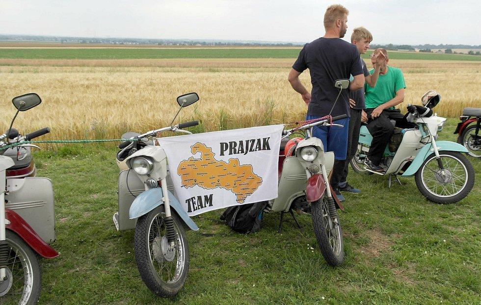 Letiště v Hati v česko – polském pohraničí hostilo osmý ročník akce s názvem Retro Chrchel, srazu milovníků malých motocyklů. Hať, 17. července 2021.