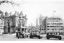 Smetanovo náměstí ve třicátých letech minulého století, kdy již na něm sice stál obchodní dům Brouk a Babka, ale celé prostranství mělo ještě zcela jinou atmosféru.