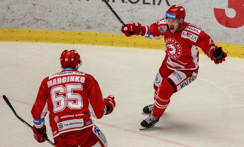 radost, vlevo Tomáš Marcinko, vpravo Vladimír Dravecký