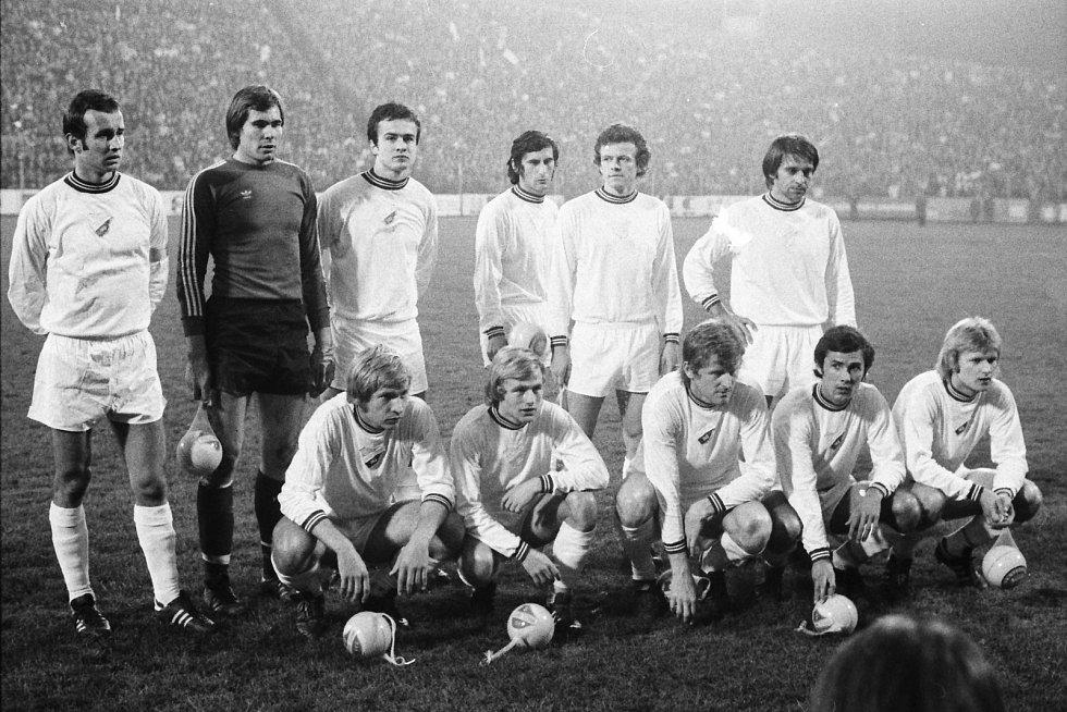BANÍKOVCI před úvodním zápasem s Bayernem Mnichov na Bazalech v roce 1977. Foto: Zdeněk Bernadt