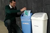LEPŠÍ TŘÍDĚNÍ. Spoluautor projektu Zdeněk Polanský tvrdil, že více košů na různé druhy smetí bude přínosem.