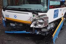 Celkem deset lidí se ve středu po ránu zranilo při nehodě autobusu městské hromadné dopravy a osobního vozu na ulici Petřkovické v Ostravě.
