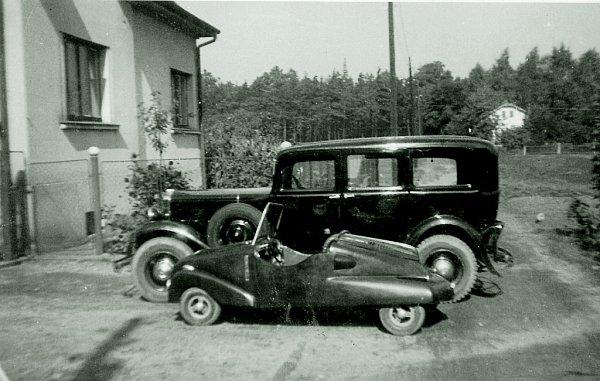 """Fotografie vlastnoručně vyrobeného """"lidového vozítka"""", kterému byla přidělena iSPZ M-KI 34 31."""