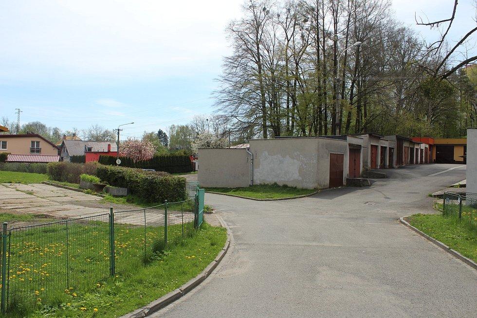 Prostranství za městským úřadem, kde vznikne nové centrum Pustkovce.