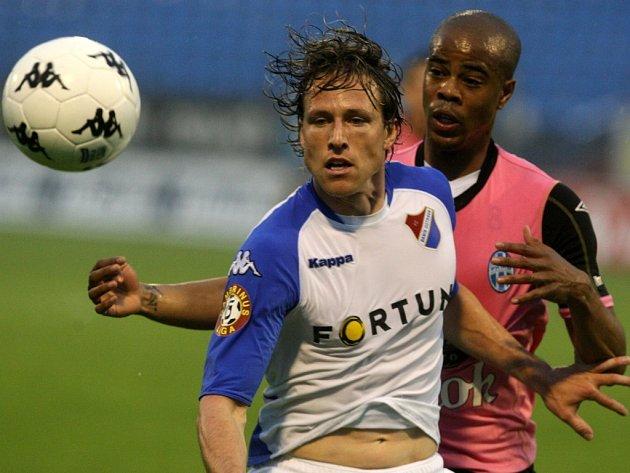 Mário Lička v souboji se Sylvestre Ludovicem v zápase Baníku s Mladou Boleslaví.
