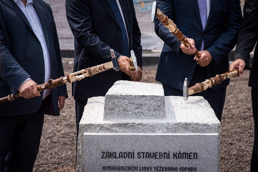 Rozloha, kterou zabírá odval v Heřmanicích, kde vyváželi hlušinu už od půlky předminulého století při hloubení jámy Ida, je asi pětašedesát hektarů. To odpovídá 14 pražským Václavským náměstím.