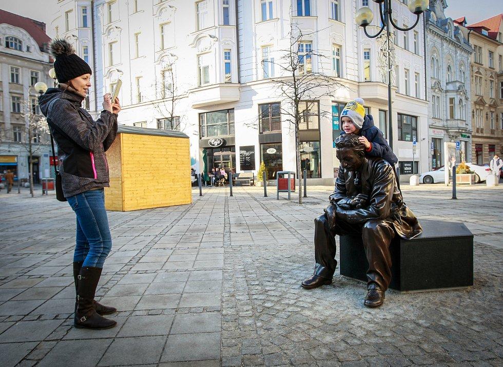 Lavička Leoše Janáčka na Jiráskově náměstí v centru Ostravy.