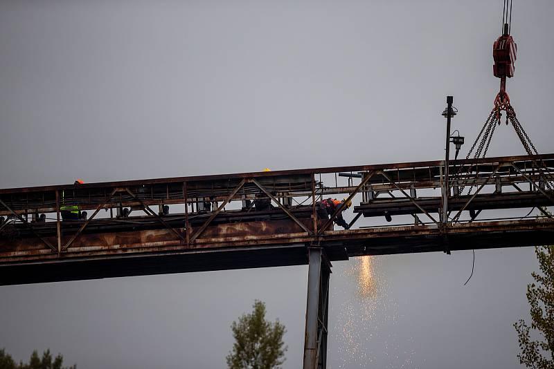 Bourání ocelového mostu, po kterém se dopravovala hlušina z úpravny Dolu Paskov na haldu v Řepištích na Frýdecko-Místecku, 7. října 2021.