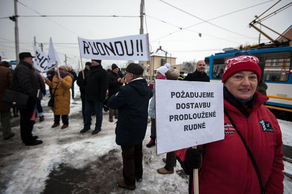 Demonstrace za dostavbu prodloužené Rudné, důležité silnice, která má zrychlit dopravu mezi Ostravou a Opavou, 8. února 2018. Lidé se z tramvajové smyčky společně vydali po Vřesinské ulici a ulici Ke Skalce směrem k nedostavěnému úseku a zpět.