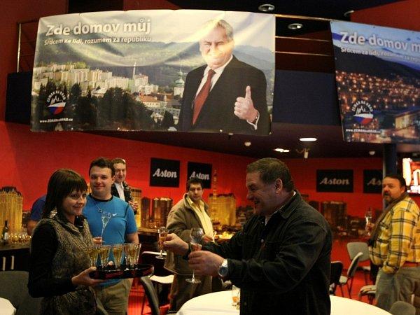 Atmosféra vbaru Aston vcentru Ostravy, kde sledovali výsledky voleb členové strany SPOZ zMoravskoslezského kraje a další příznivci Miloše Zemana.