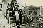 Vpravo ukázka zběsilého ničení staveb a kolejí v nové vozovně ČSD na hlavním nádraží v Ostravě-Přívoze, vlevo vojenská jednotka s destrukčním pluhem, který vytrhával pražce a ničil železniční koleje.