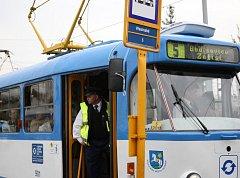 Tramvaj číslo 5 vyjíždí na trať do Budišovic