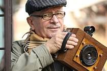 Fedor Gabčan s jedním se svým historických fotoaparátů.