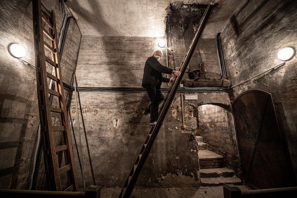Na cestě za zvony v ostravské Katedrále Božského Spasitele. František Urban stoupá do kostelní věže, březen 2021 v Ostravě.