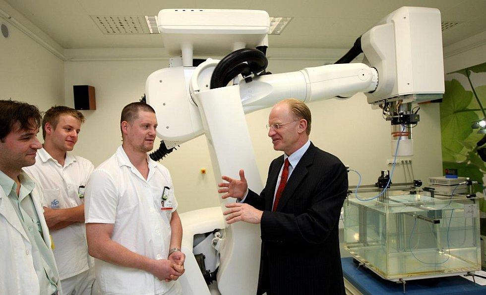 Naděje pro onkologické pacienty – CyberKnife, u jehož zrodu stál John Adler (vpravo), je v současné době nejpřesnější ozařovací přístroj na zeměkouli.