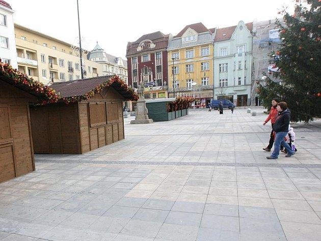 Stánky pro prodejce nejrůznějšího vánočního zboží jsou už v centru Ostravy připraveny.