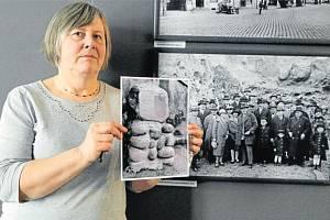 Geoložka z muzea Eva Mertová s jedinou dochovanou fotkou památníčku, vedle ní snímek exkurze v lomu na Jaklovci z roku 1927.