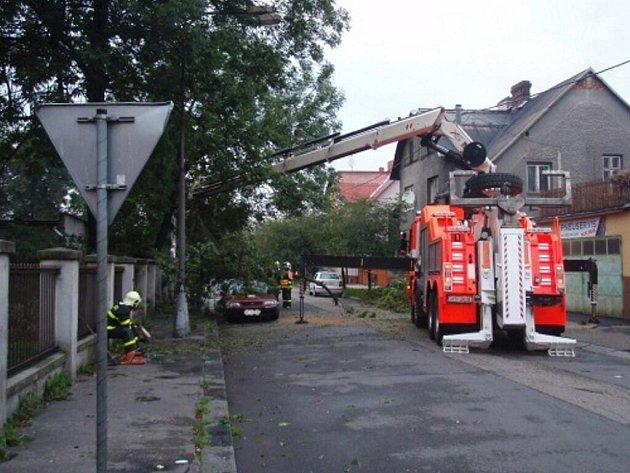 V Ostravě během bouřky spadl strom na auto.